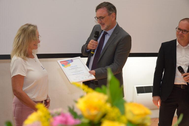 Preisübergabe an das Bündnis 'Qualität im Dialog' in Rinteln, zweiter Platz in der Kategorie 'Lokales Bündnis für frühe Bildung des Jahres 2021'